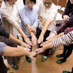 阿久津さんと仲間たち ブレスレットをして円陣