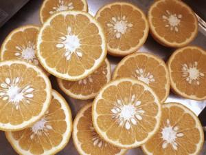 オレンジのスライス マーマレード作りの準備中