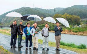 天竜川の河原敷に立つ「宮田の環境を守る会」の皆さん