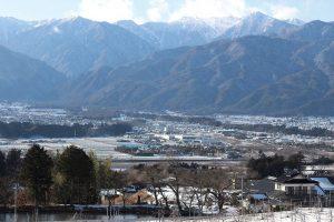 信州・伊那谷の遠景。山々の間を天竜川が流れる