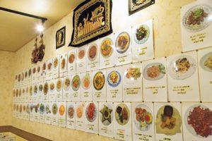 ミャンマー料理店(壁いっぱいのメニュー)