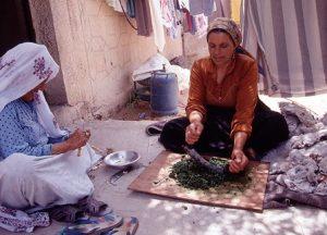 巻頭エッセイ写真。モロヘイヤを刻む女性