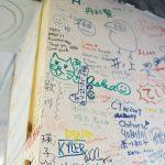 2HJ事務所の壁にあるボランティアさんたちのサイン