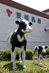茨城乳業社屋と前に立つ牛の像