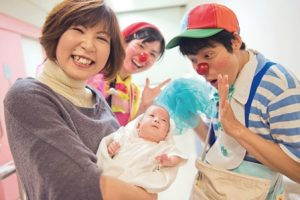 病棟でのクリニクラウン活動の様子(クリニクラウン協会写真提供)