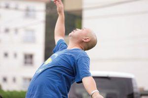 ソケリッサメンバーの伊藤さん。団地の広場で踊る姿。