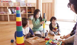 託児所にて、異年齢で遊ぶ様子