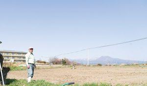 自治会長の小泉さん。畑の中で。