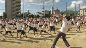 『みんなの学校』映画の1シーン、校庭にてみんなで体操!