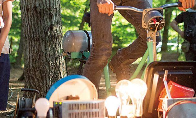 自転車発電中の様子。
