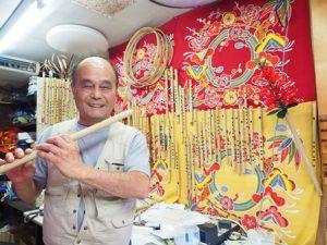 沖縄タウンの名物おじさん。琉球笛をもって。