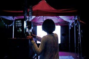 撮影/赤石雅紀さん。上映会で16ミリフルムをまわす浅野さんの後ろ姿。