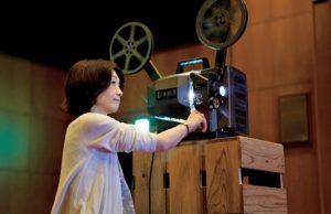 映写機をまわす浅野さんの横顔(撮影・赤石雅紀)