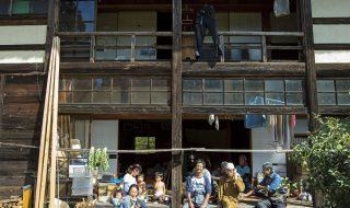 真木共働学舎縁側に集う人々の笑顔