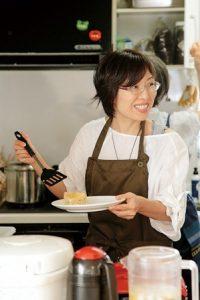 カフェのメニューづくりと調理を担当する小林さん