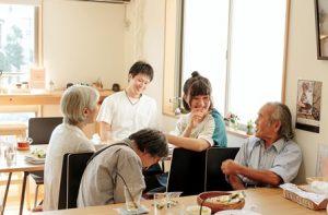 カフェでの食事の風景。幅広い年齢が集う。