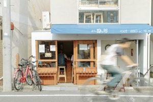 カフェの外観。木の枠の扉から1階の珈琲カウンターがみえる。と青地に白い文字で「潮の路」をかかれている。
