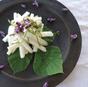 料理写真。黒い皿に盛られた「山芋と梨と葛のセンチェ」