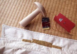 畳にひろげたYシャツと繕い道具。