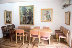 テーブルとイスがおかれたスペース。壁には大きな絵が飾ってある。