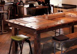規則的に穴があいた厚みのある木テーブル