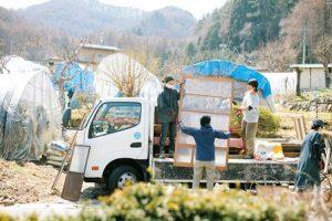 ガラスの戸を丁寧に運びトラックに積む3人。