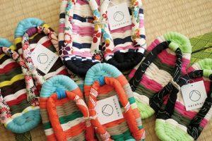畳の上に並んだ色鮮やかな布ぞうり