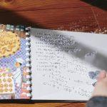 開かれた絵本。左側に絵、右側に文字。文字の上に点字が打たれている透明なシートが