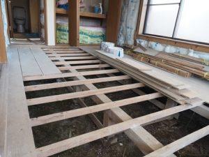 部屋の中。床板がはずされている状態