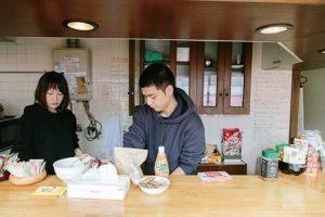 喫茶店のカウンターごしに2人の男女