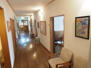 ペンションまついだ森の家の廊下。広々としている
