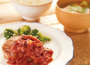 ハラール料理。トマトソースがかかっているハンバーグ。
