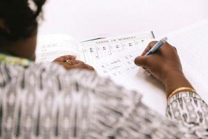 漢字の勉強をしている女性の手元