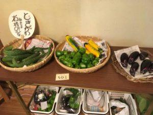 ざるにもられて販売中の野菜