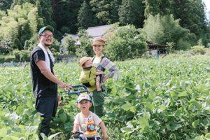 だいこんや農園の畑にて。家族。