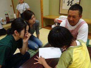 インターンとして活動参加中の人に説明をする江藤さんの様子。