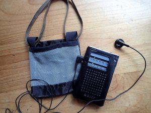 イヤホンのついたラジオと袋