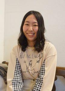 髪の長い笑顔の女性。