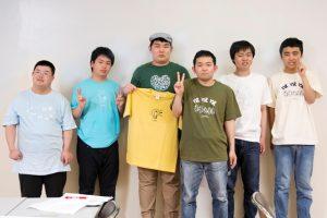 新作アートTシャツを着たメンバーたち