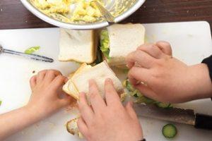 がきんちょファミリー(子どもサンドイッチを作っている写真)