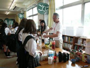 ぴっかりカフェ。ボランティアが飲み物を配りながら生徒に声をかける様子