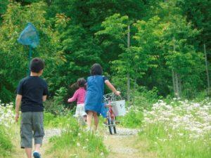 保養の様子。虫取り網をもって、自転車押して。