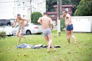 ソケリッサのダンス。団地の広場で踊るメンバー3人。