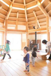 託児所の中。高い八角屋根と床が美しい。