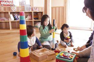 託児所にて。異年齢で遊ぶ子どもたちの様子