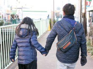 手をつなぎ歩く父と娘の後姿