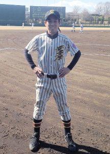 野球場にて、ユニフォーム姿の大久保さん