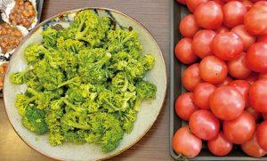310食堂の食事内容。写真はトマトなどの野菜ほか