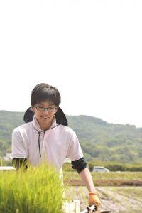 田んぼの中にいる米川さん。