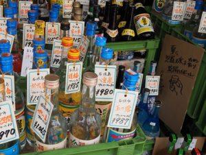 沖縄タウンのお店にあった酒屋さん。泡盛が並ぶ